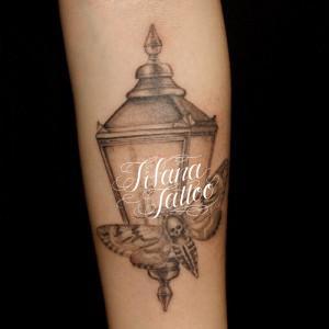 街灯|ランプに群がる蛾のタトゥー