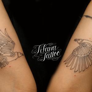 シンメトリーな鳥のタトゥー