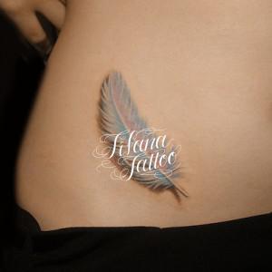 白い羽のタトゥー