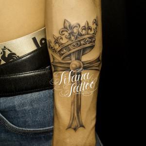 クロスと王冠のタトゥー