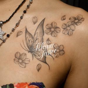蝶と桜のタトゥー
