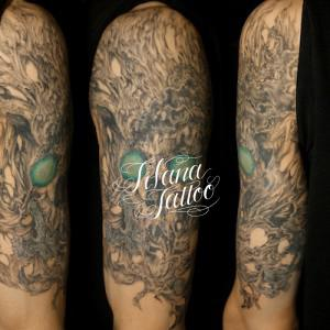 スカルと樹木のタトゥー
