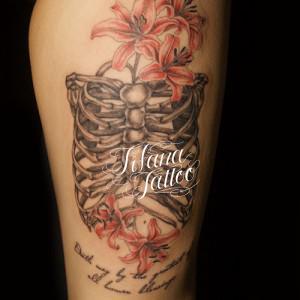 ユリと肋骨のタトゥー