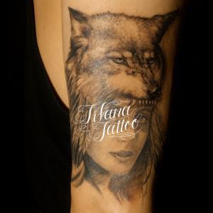 ネイティブの女性のタトゥー