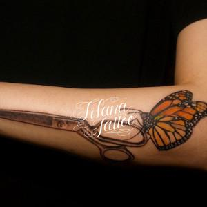 ハサミにとまった蝶のタトゥー