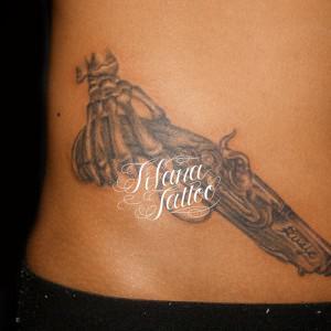 アンティークな銃のタトゥー