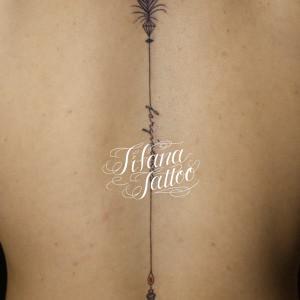 弓矢と文字のタトゥー