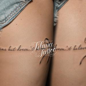 リボンとメッセージのタトゥー
