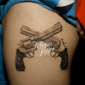 二丁拳銃のタトゥー