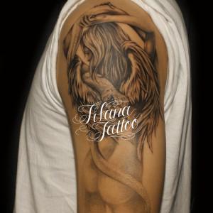 後ろ姿の女神のタトゥー