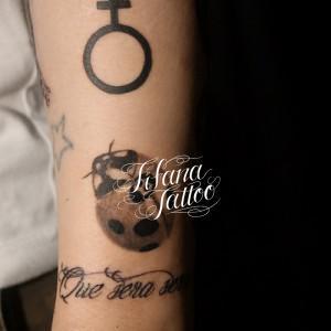 てんとう虫と記号のタトゥー