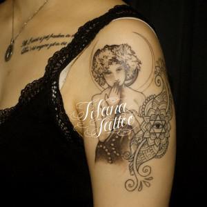 女性|月|ペイズリー柄|六芒星のタトゥー