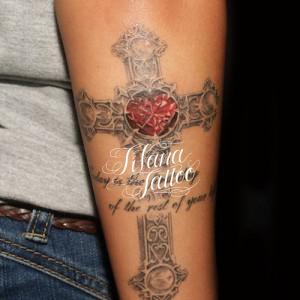 クロスのタトゥー
