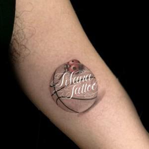 バスケットボールとてんとう虫のタトゥー