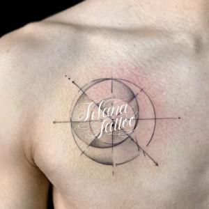 ジオメトリックな月のタトゥー