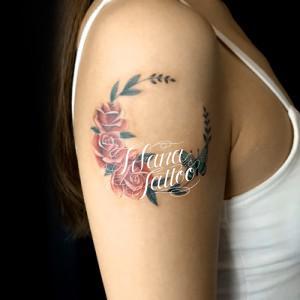薔薇と蝶で月のガールズタトゥー