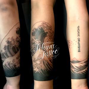 手首に巻いた波のタトゥー