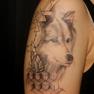 愛犬と立体的な図形のタトゥー
