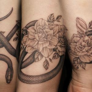 蛇と植物のタトゥー