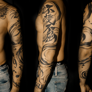 水墨画調の龍のタトゥー