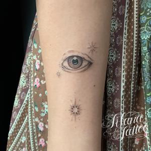 目と星のタトゥー