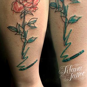 クレヨン調の薔薇のタトゥー