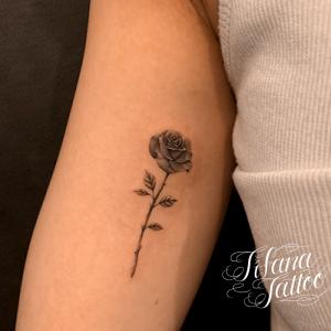 薔薇のファインラインタトゥー
