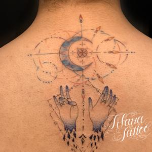 月|手のジオメトリック・タトゥー