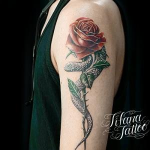 薔薇と蛇のファインライン タトゥー