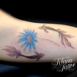 金魚と花のタトゥー