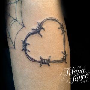 有刺鉄線のハートのタトゥー