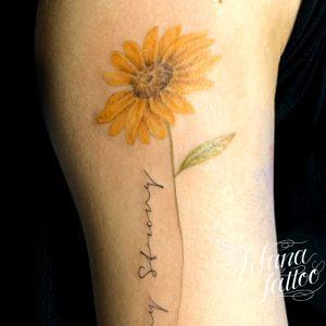 ひまわりと文字のタトゥー
