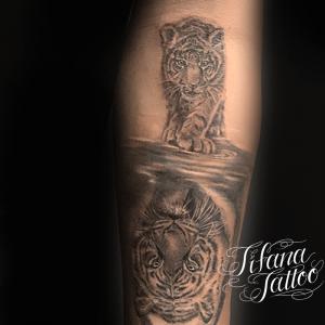水面に浮かぶ虎のタトゥー