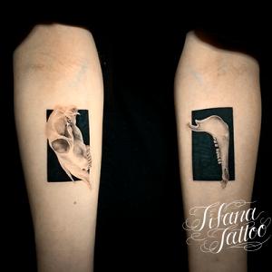 シンメトリーなファインライン ・タトゥー