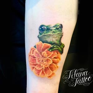 蛙とマリーゴールドのファインライン ・タトゥー