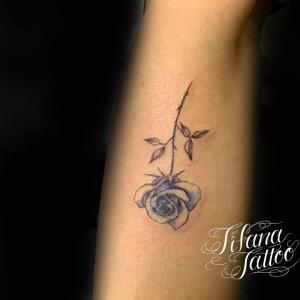 淡い青色の薔薇のタトゥー