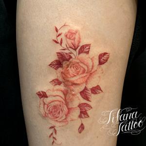 淡い赤色のバラのタトゥー