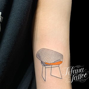 椅子のファインライン・タトゥー
