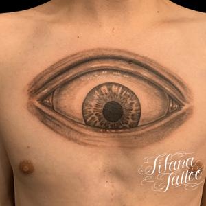 巨大な目のタトゥー