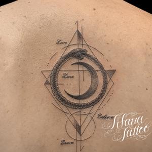 月|ウロボロスのジオメトリック・タトゥー