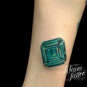 緑色の宝石のタトゥー