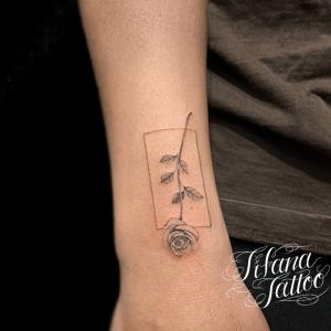 薔薇と図形のファインライン・タトゥー