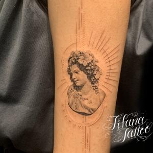 ディオニュソスのファインライン タトゥー