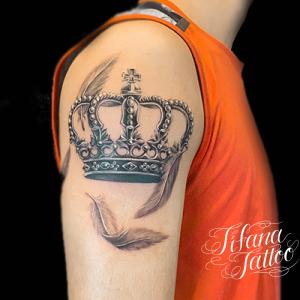王冠とフェザーのファインライン・タトゥー