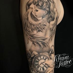 女神|懐中時計|ローマ数字のチカーノ・タトゥー