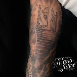 階段と門のタトゥー