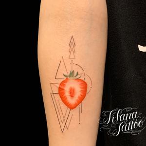 イチゴの断面とジオメトリックタトゥー
