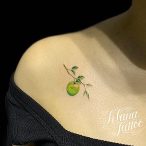 青リンゴのファインライン・タトゥー